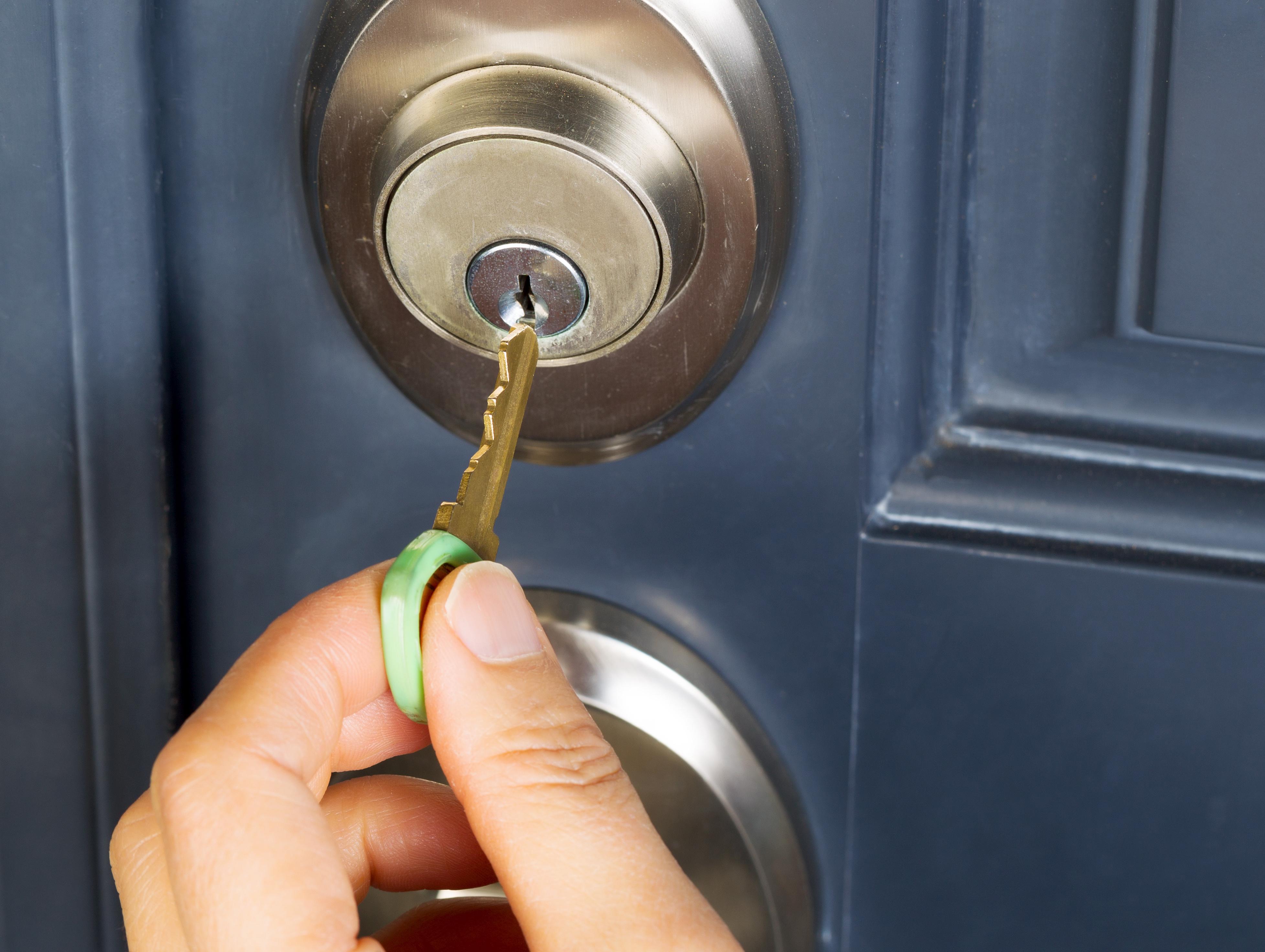 Как поменять дверной замок